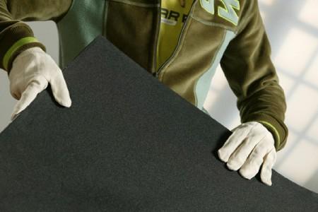 Jongeman houd schuim vast met handschoenen